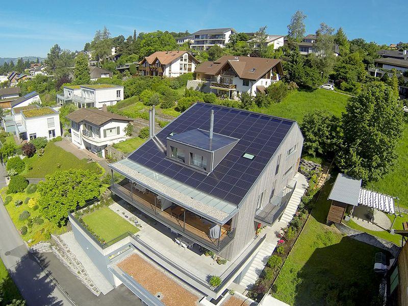 Plusenergie-Mehrfamilienhaus aus früherem Einfamilienhaus