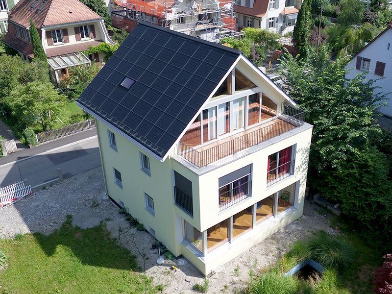 Plusenergie-Einfamilienhaus aus ökologischen lokalen Materialien