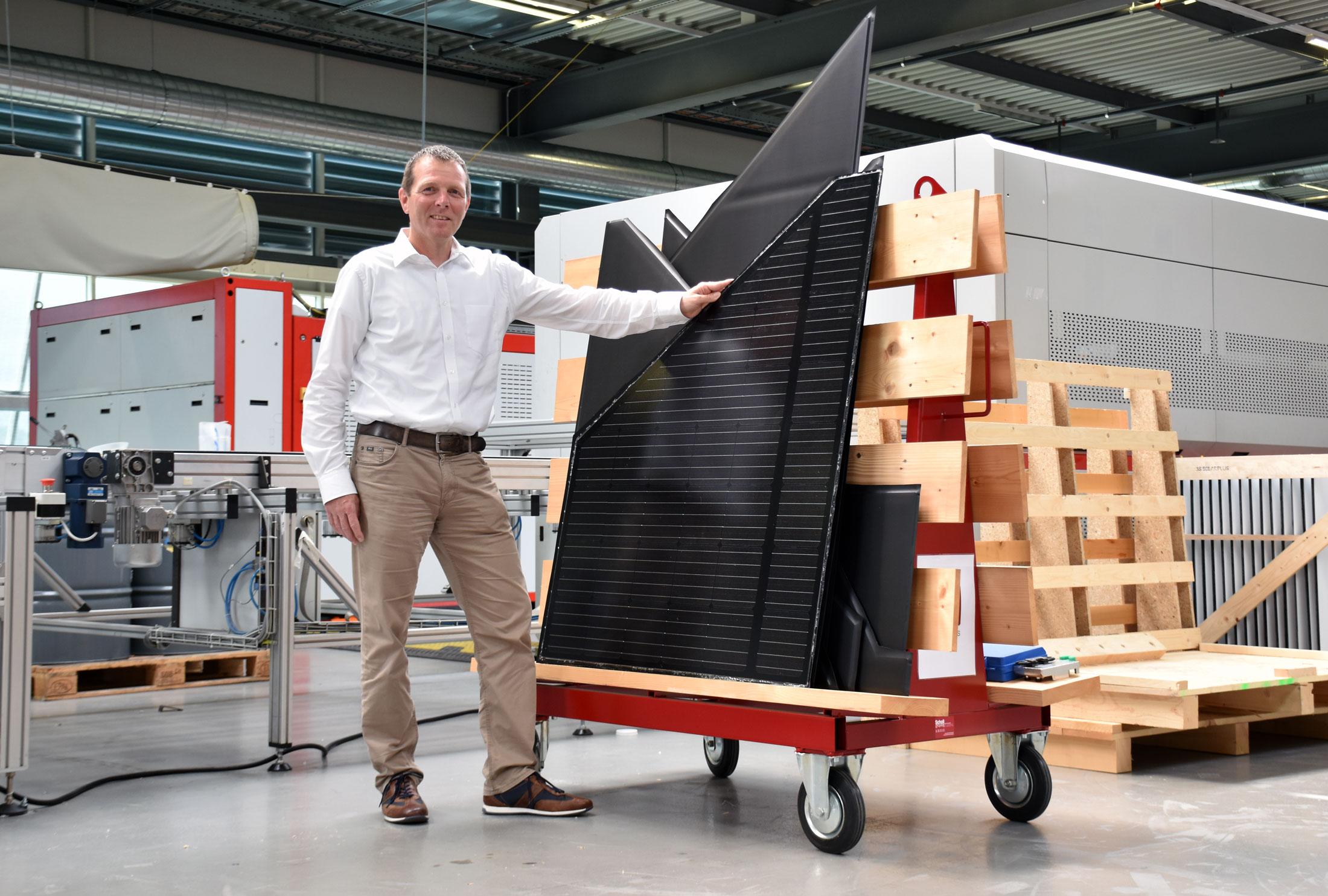 Dominik Studer steht vor einem Rollwagen mit MegaSlate CREA Modulen